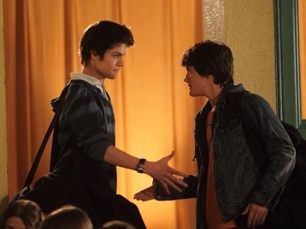 Benny et Ethan se serrent la main