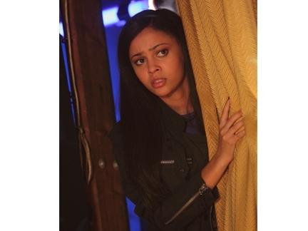 Sarah derrière le rideau