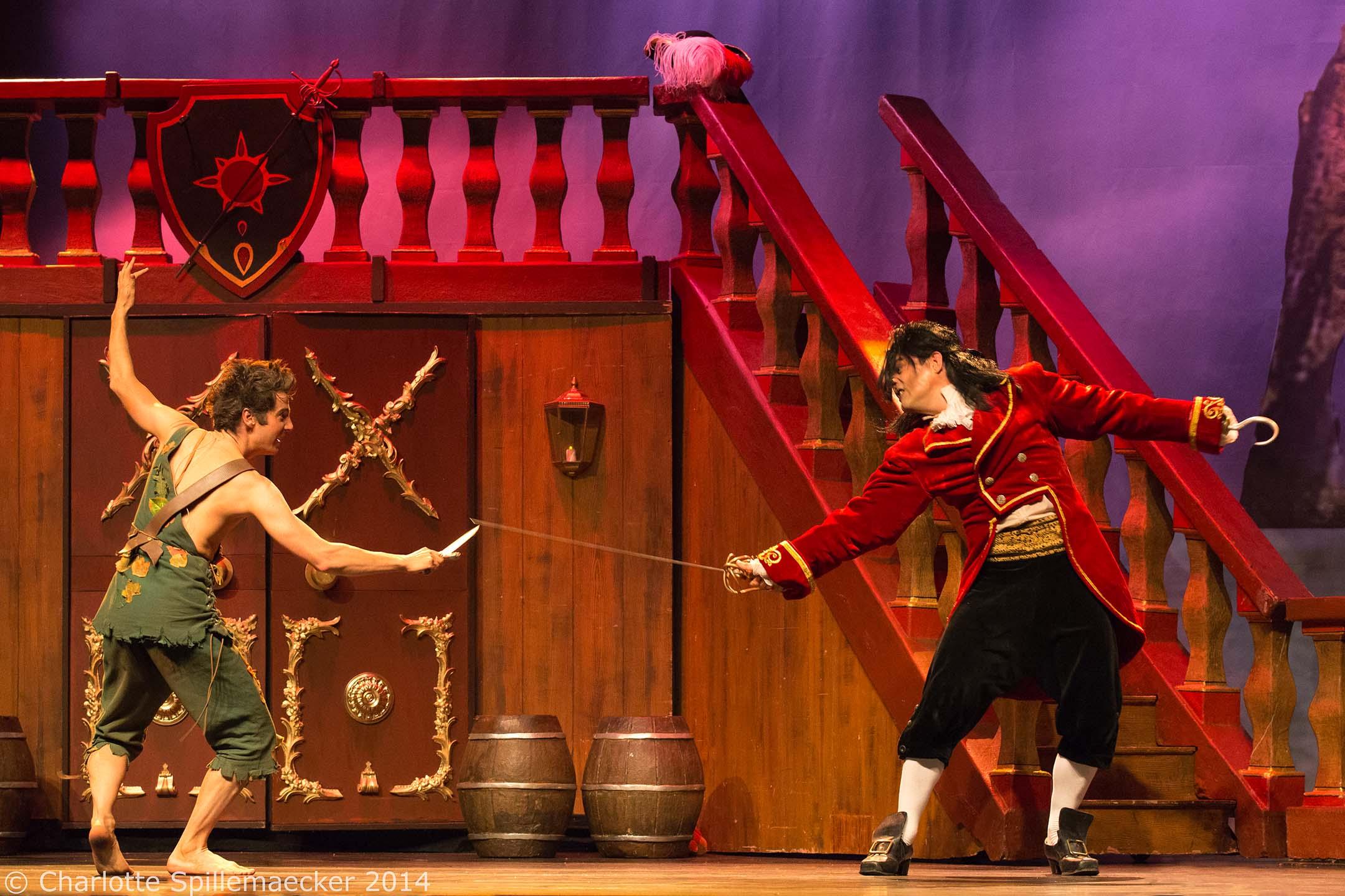 La bataille entre peter pan et le capitaine crochet images images le spectacle peter pan - Image de peter pan ...