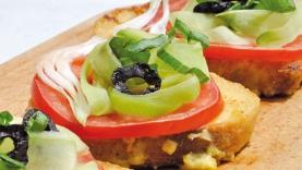 Pain perdu au parmesan, tomate-concombre et olives noires