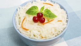 Salade de chou, pignons et olives