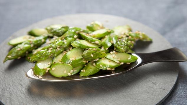Wok d'asperges vertes au sésame