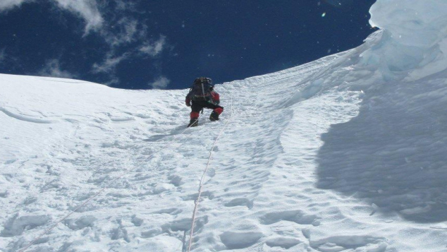 Everest : grimper et nettoyer