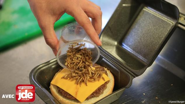Le cheeseburger aux vers de farine pour Halloween