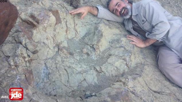 Grover Marquina pose à côté de sa «découverte».