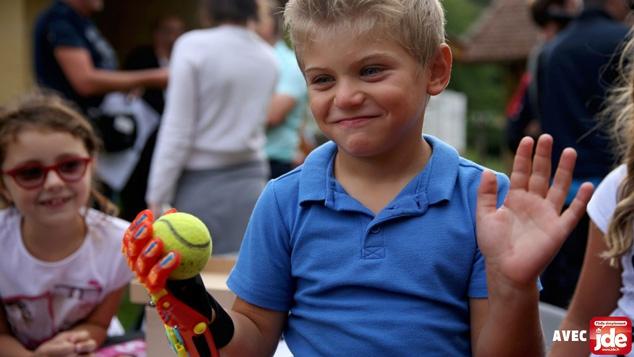 Maxence découvre sa main de super-héros !