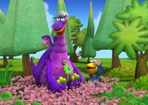 Dibo et Cro dans le jardin au milieu des fleurs