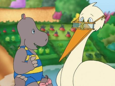 Petit Potam est assis sur les épaules de Tessie et parle avec la cigogne